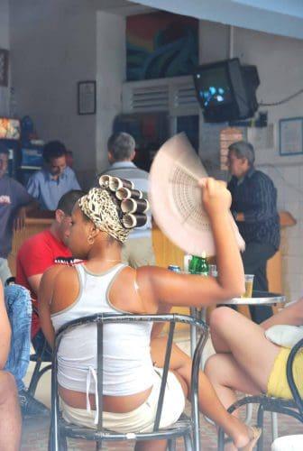 トリニダの雑居ビルの中庭にあるカフェにいた女性
