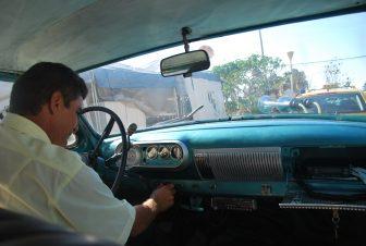 L'autista dell'auto d'epoca