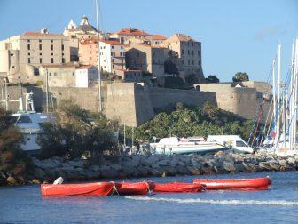 カルヴィの町のシタデルと赤いボート