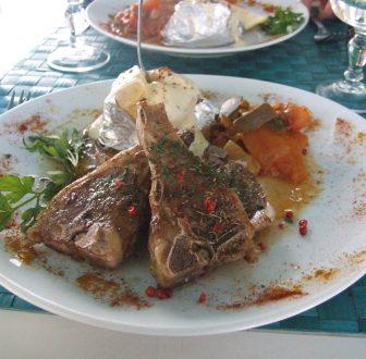 カルヴィのレストランの肉料理