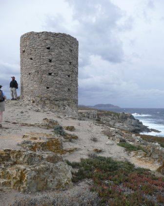 コルシカ島の海岸に立つ塔