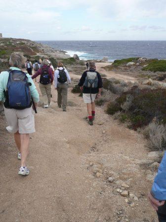 コルシカ島の海岸を歩く人々