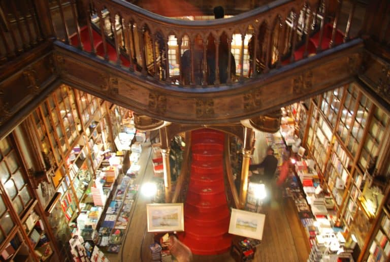 Sobre la librería y la ropa colgando de las ventanas en Oporto