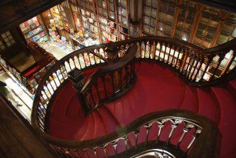 レロ書店内の赤い階段