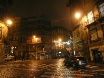 夜のポルトの町