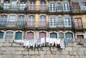 ポルトの建物の前の洗濯物