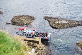 Una barca di turisti in arrivo a Staffa