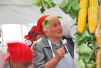 バラトン湖畔の芋祭りに参加しているおばあさん