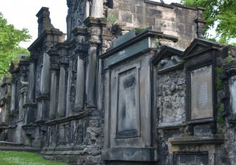 立派な墓石が並ぶグレイフライヤーズ・カークヤード