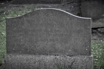 墓場ツアーで説明されたJohn Porteous の墓石