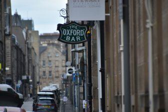 エディンバラ新市街にあるオックスフォード・バーの看板