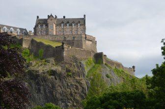 新市街からエディンバラ城を見上げる
