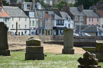 アンストルーサーの墓地と町