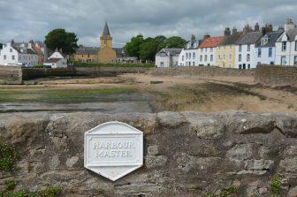アンストルーサーの教会と海辺の家々