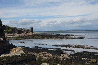セント・アンドリュースの城跡と海の光景